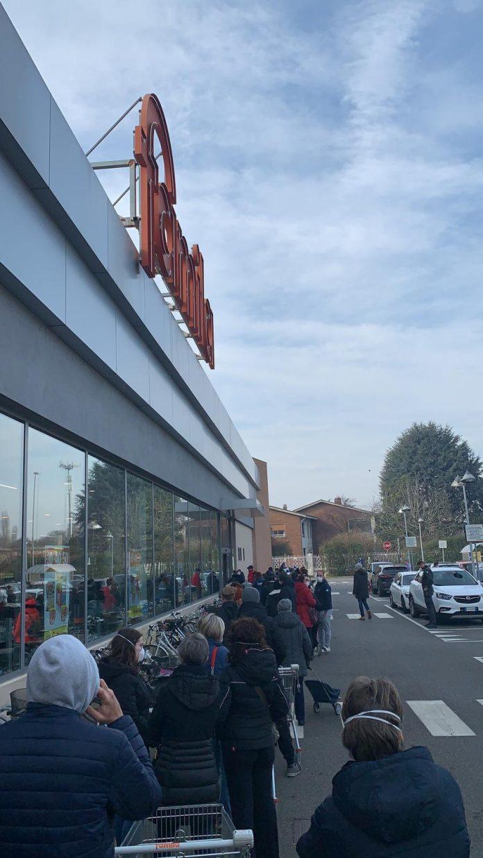 Casalpusterlengo in fila al supermercato
